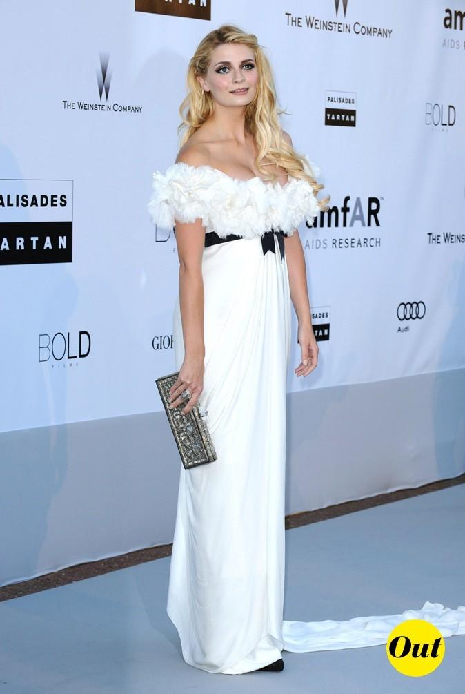 2010 : Mischa Barton vêtue d'une longue robe blanche à froufrous !