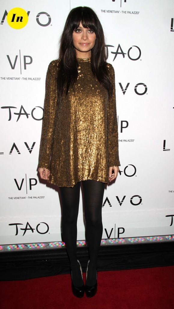 Look de Nicole Richie :  une robe courte dorée en décembre 2009
