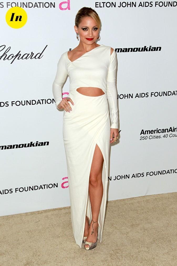 Look de Nicole Richie :  une robe longue blanche destructurée en février 2011