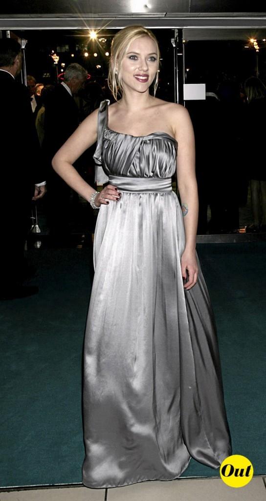 Scarlett Johansson en 2008 : une robe asymétrique satinée