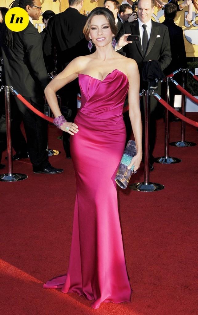 Elle est ravissante dans sa longue robe rose fuschia !