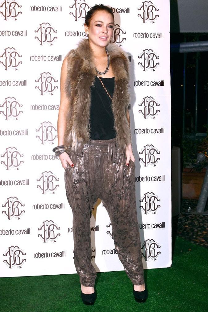 La fourrure et le pantalon à sequins de Lindsay Lohan !