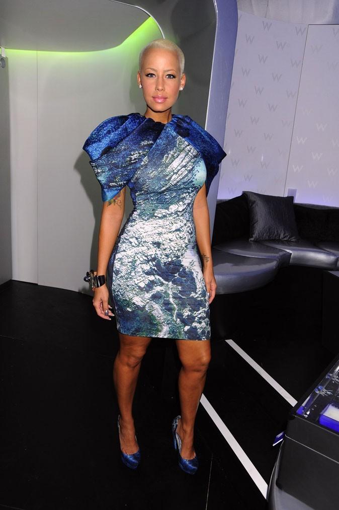 La mini-robe bleue imprimée d'Amber Rose !