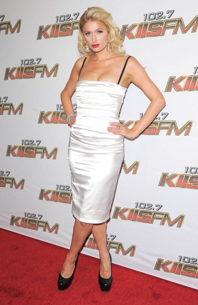 La robe bustier en satin blanc de Paris Hilton !