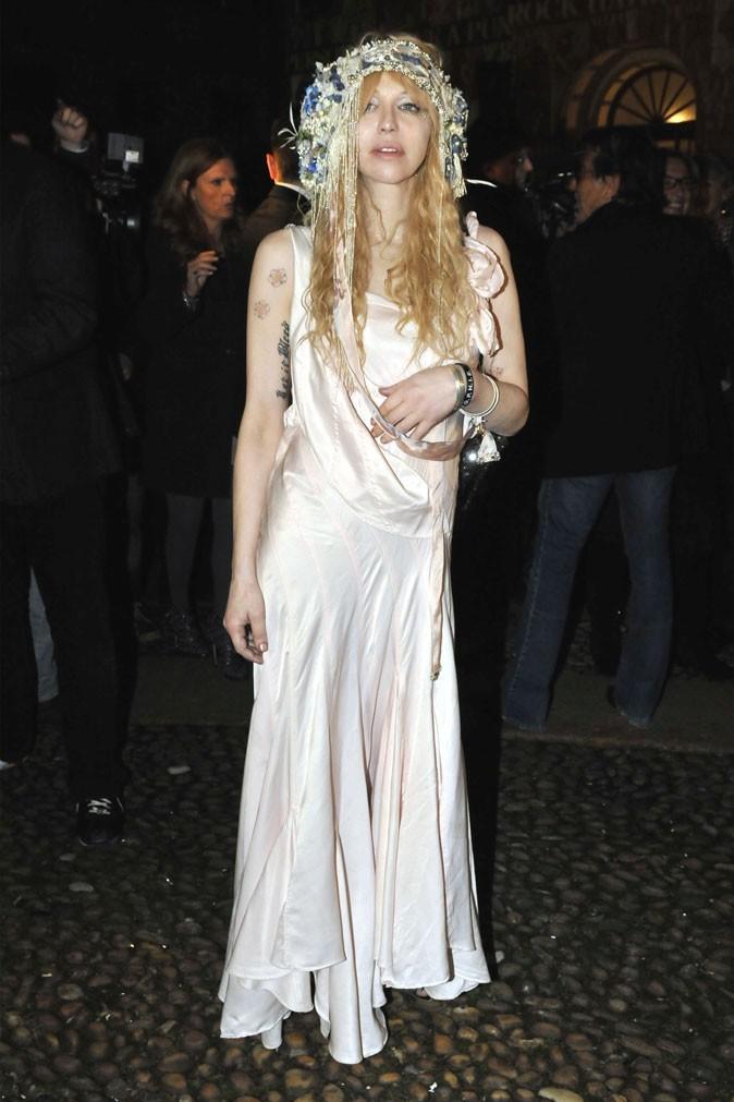 La robe longue et la couronne de Courtney Love !
