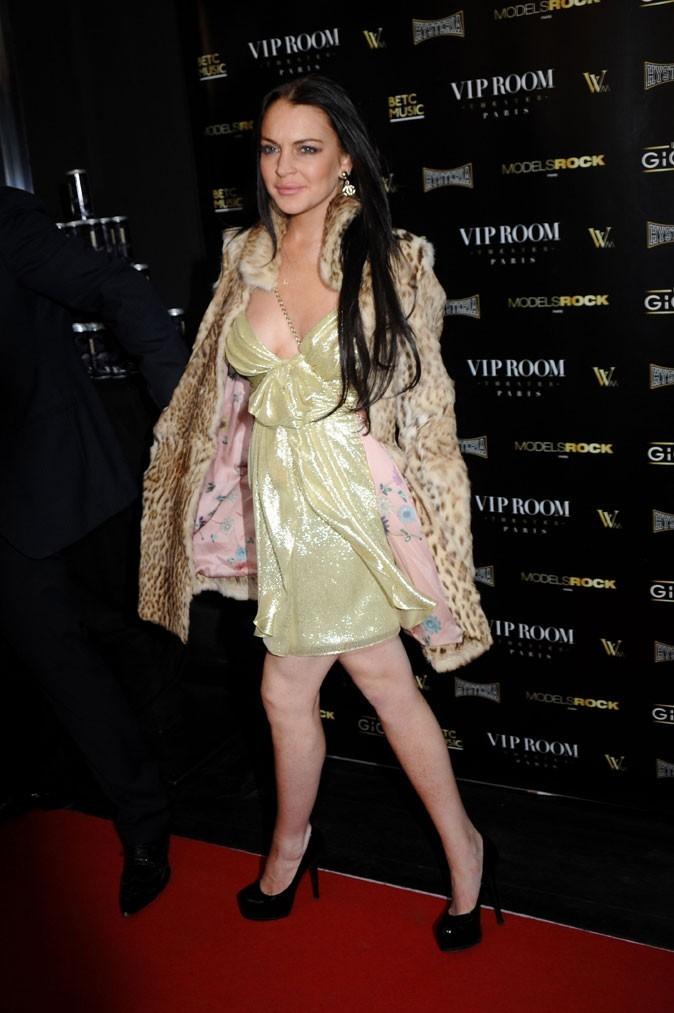 La veste léopard et la robe pailletée verte de Lindsay Lohan !