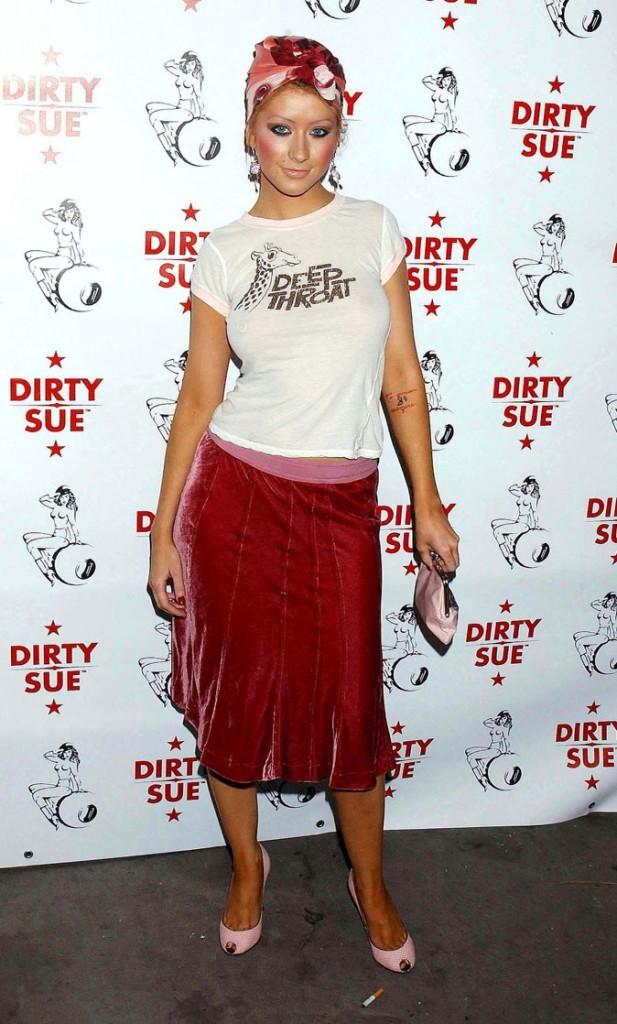 Le t-shirt à message grossier et la jupe en velours de Christina Aguilera !