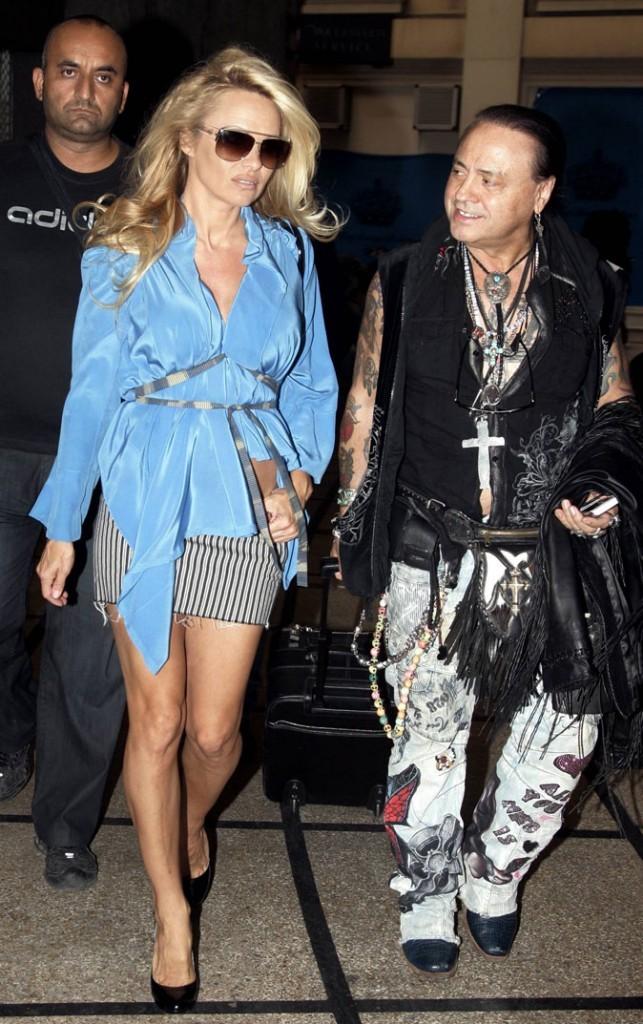 Le top en satin bleu de Pamela Anderson !