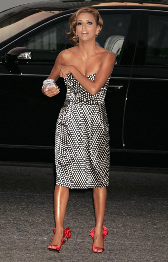Looks d'Eva Longoria : une robe bustier en satin à pois sur tapis rouge !