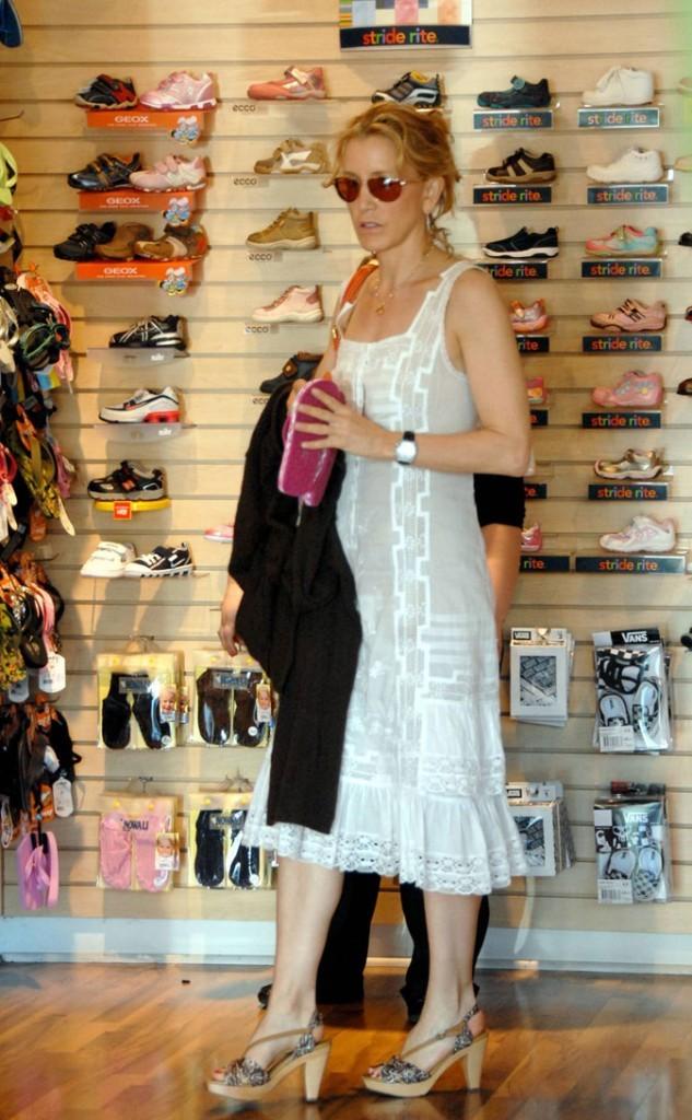 Looks de Felicity Huffman :  une robe crème et des sandales à talons !