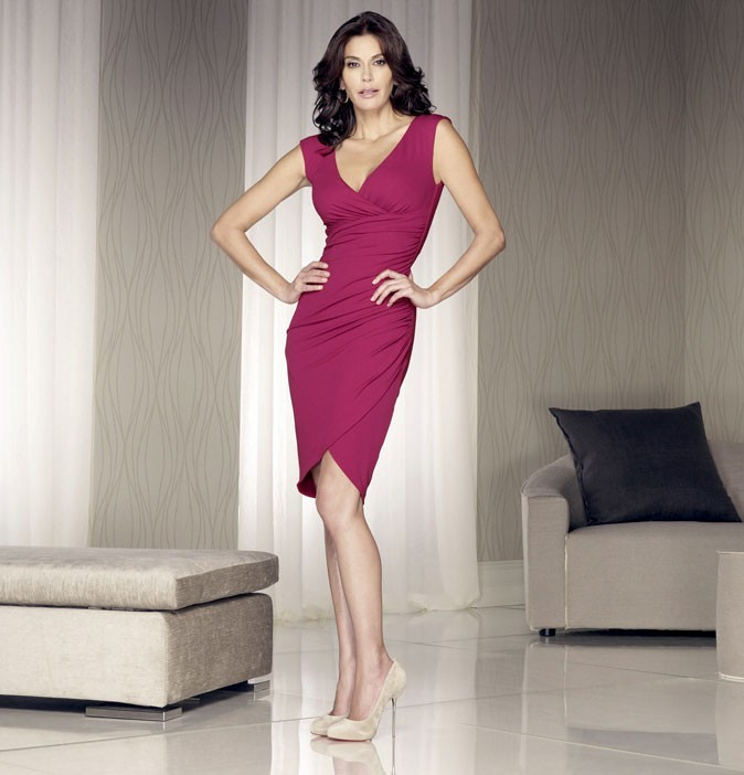 Looks de Teri Hatcher : une mini-robe framboise dans Desperate Housewives !