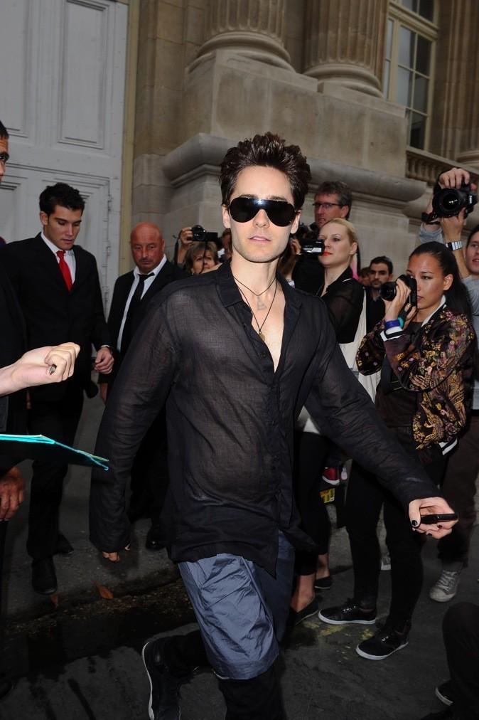 Jared Leto teste la chemise transparente et la jupe !