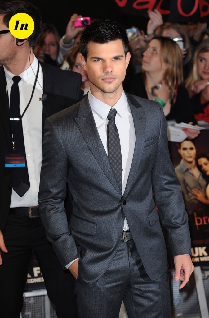 """Taylor Lautner en costume gris pour la première de """"Révélation"""""""