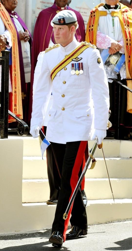 looks du prince harry   d u00e9couvrez le cv fashion du vilain