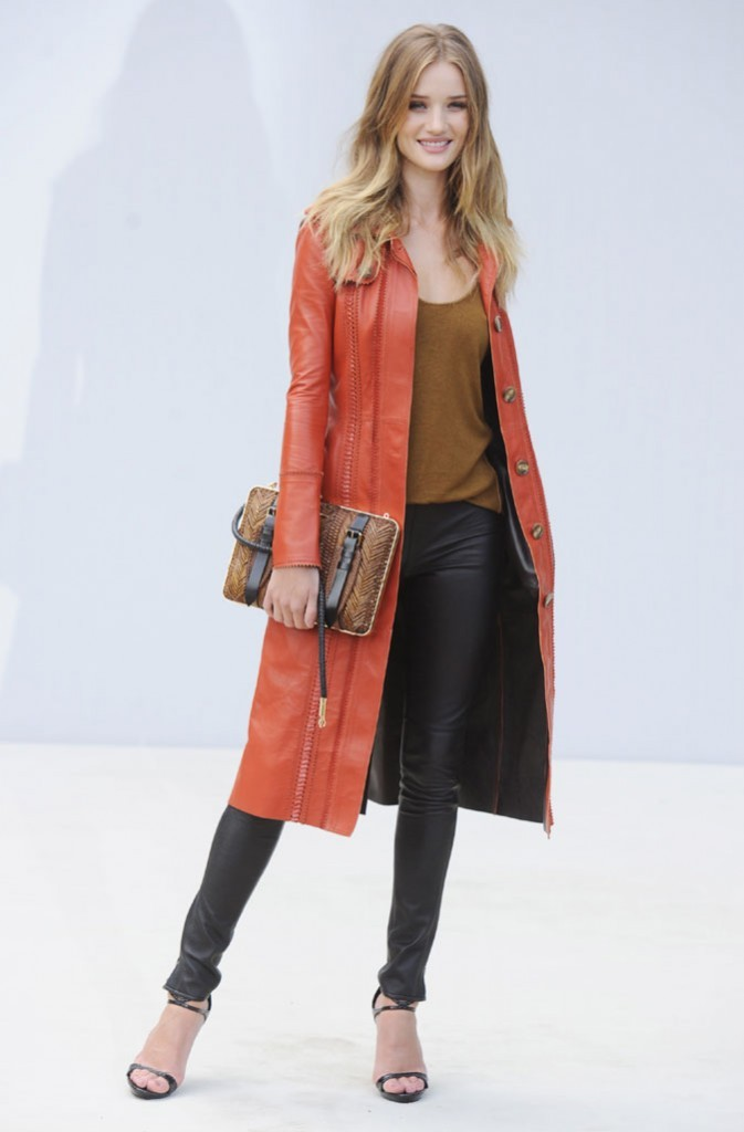 Rosie Huntington-Whiteley ose le manteau orange avec le slim en cuir !