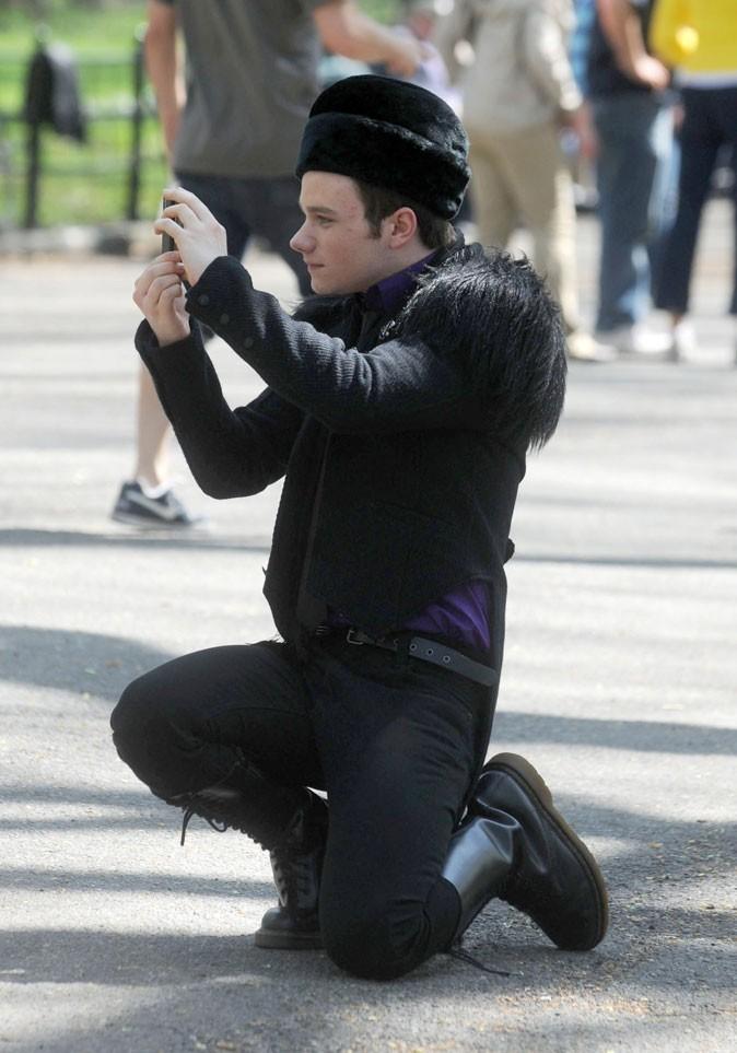 Look de Chris Colfer dans Glee : gilet à poils, toque en fourrure et godillots