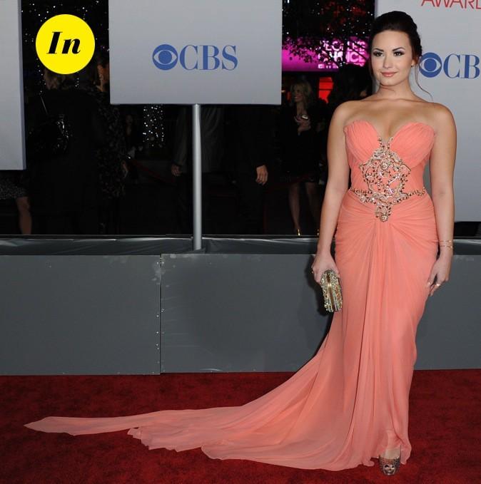 En robe longue bustier couleur corail de chez Marchesa, Demi Lovato est juste sublime