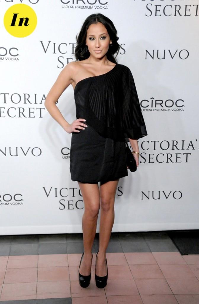On est fans de la robe noire asymétrique d'Adrienne Bailon lors de la soirée Victoria's Secret !
