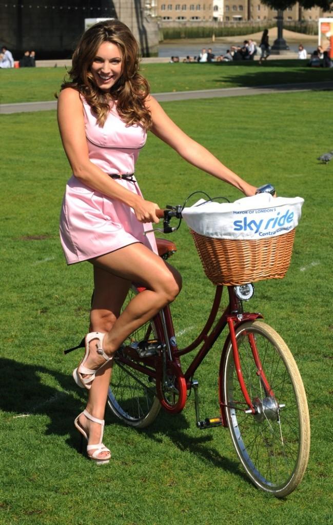 Aout 2011 : radieuse en mini robe rose !