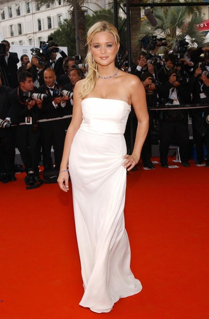 Sa longue robe blanche bustier lui va à ravir !