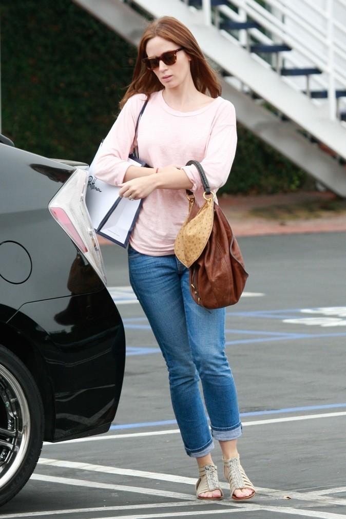 Son petit pull rose clair lui va si bien !