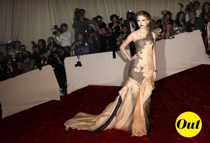 Photo look de star au MET Ball 2011 : la robe bustier à traîne J. Mendel de Taylor Swift