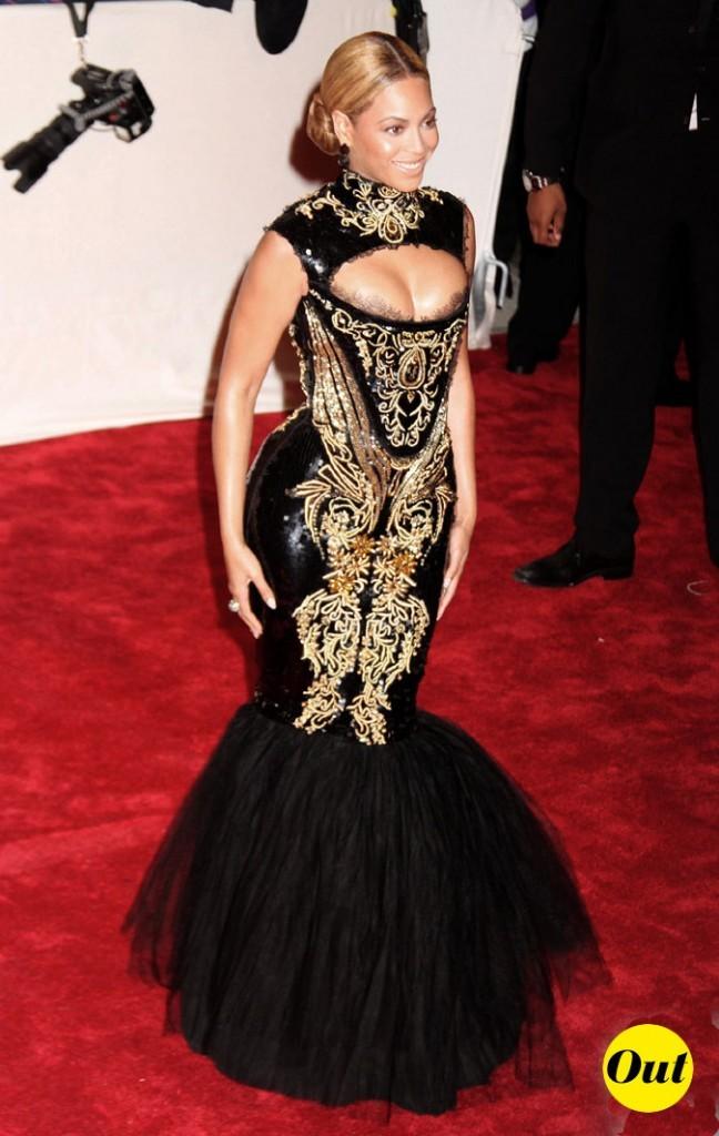 Photo look de star au MET Ball 2011 : la robe noire et dorée Emilio Pucci de Beyoncé