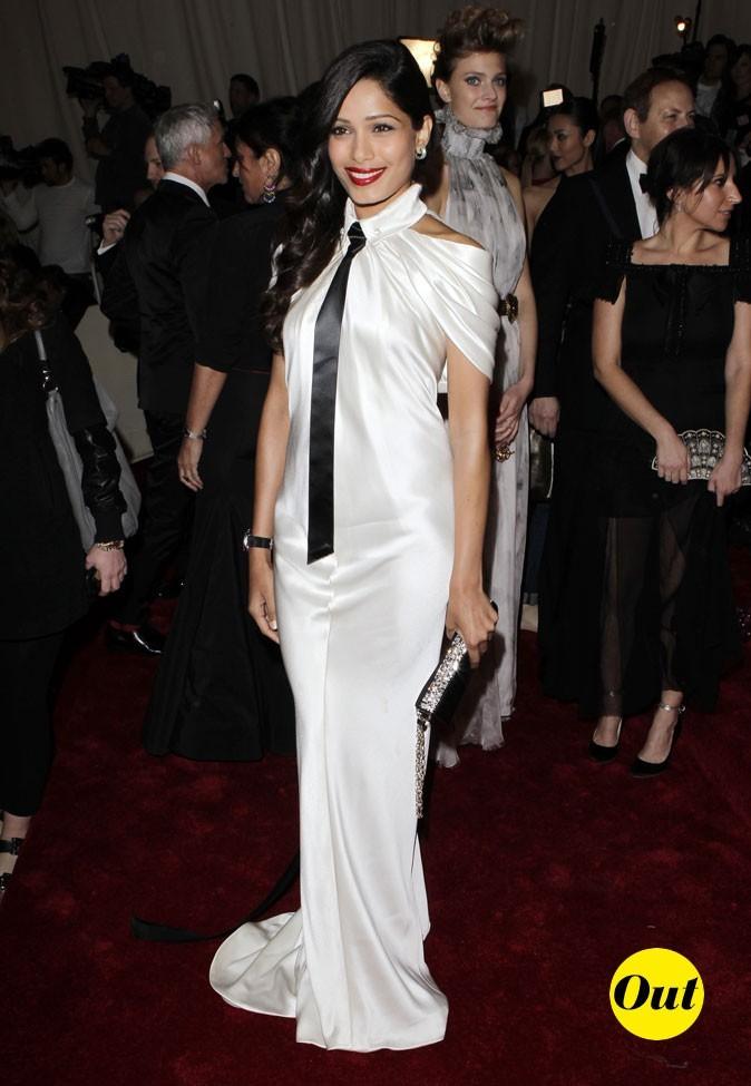 Photo look de star au MET Ball 2011 : la robe smoking Chanel de Freida Pinto