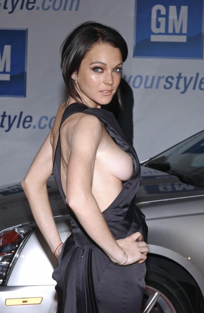 Lindsay Lohan : son sein droit à la vue de tous !