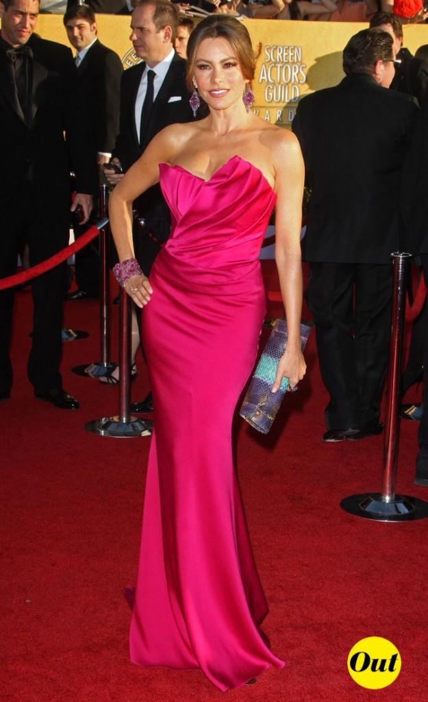 Très moulante et très colorée, la robe Marchesa de Sofia Vergara sème le doute