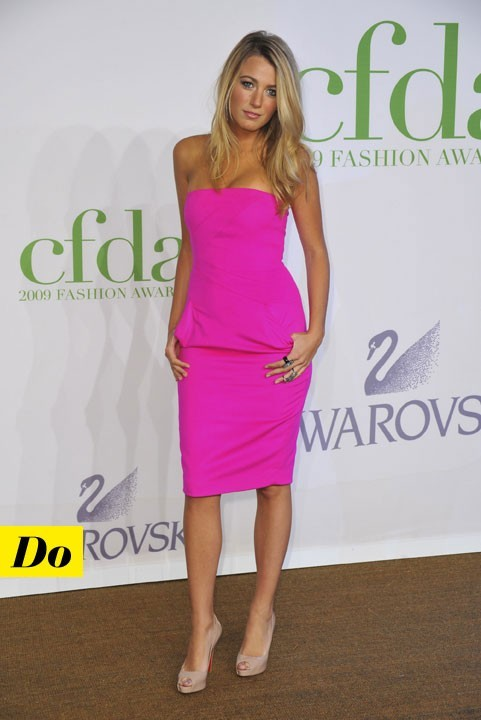Mode d'emploi du look fluo : la robe rose fluo de Blake Lively