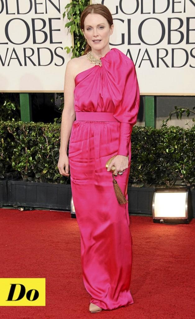 La robe asymétrique en satin fuchsia de Julianne Moore