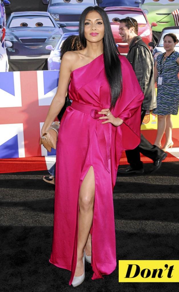 La robe asymétrique en satin fuchsia de Nicole Scherzinger