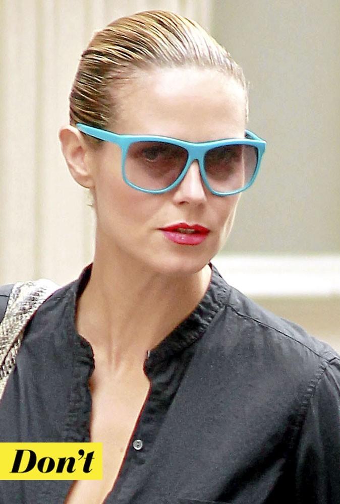 Les lunettes bleues fluo de Heidi Klum