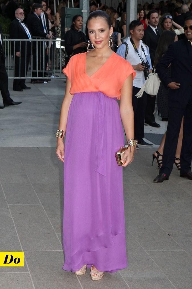Look de star : la robe longue color block de Jessica Alba enceinte