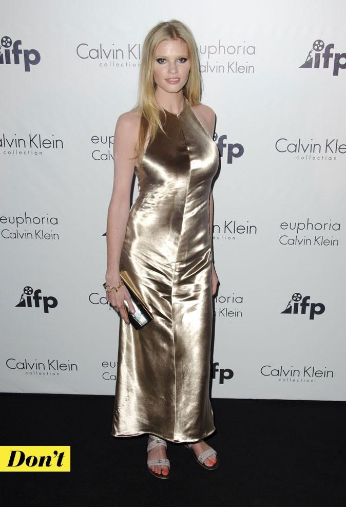 Look de star : la robe longue en satin doré de Lara Stone