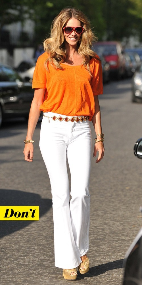 Elle McPherson en top orange et jean blanc