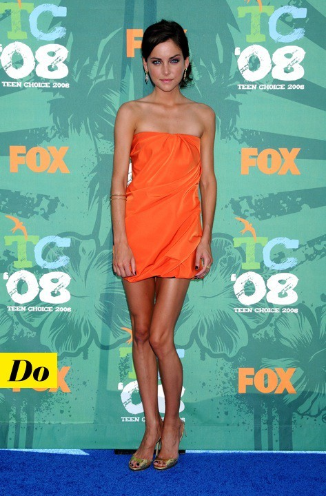 Jessica Stroup en robe bustier orange