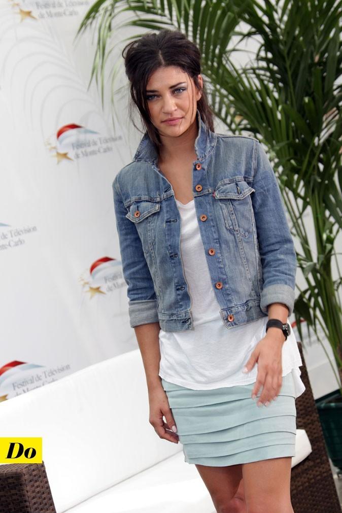 Le look denim de Jessica Szohr : une veste en jean courte avec une minijupe chic