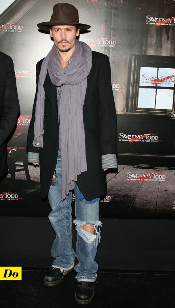Le look denim de Johnny Depp : un jean troué avec un manteau long et un chapeau rétro