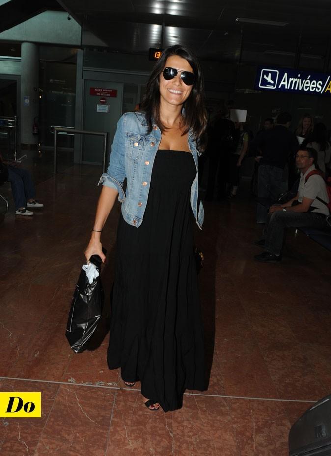 Le look denim de Karine Ferri : une veste en jean courte avec une robe longue