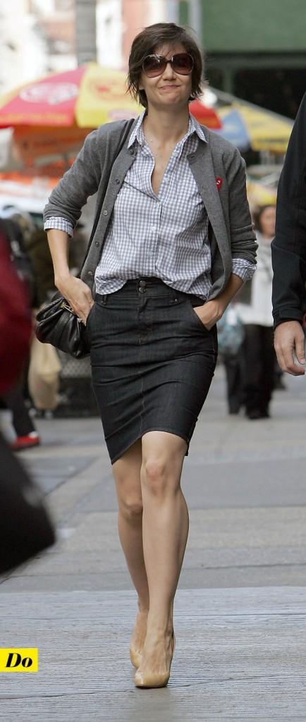 Le look denim de Katie Holmes : une jupe en jean crayon et une chemise