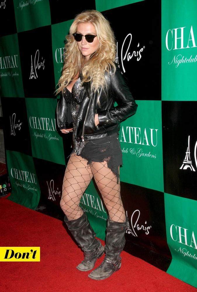 Le look denim de Kesha : un short en jean noir déchiré avec de la grosse résille et des paillettes