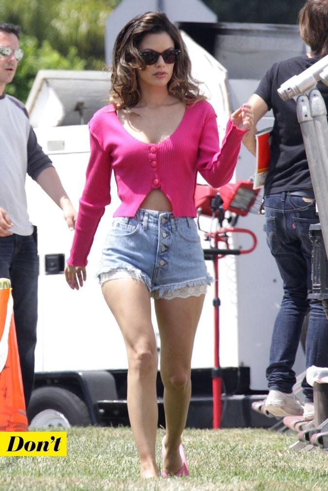 Le look denim de Rachel Bilson : un short en jean avec de la dentelle et un gilet rose