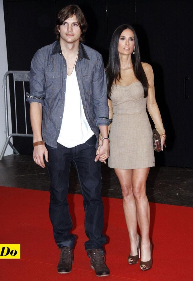 Le total look denim d'Ashton Kutcher : une chemise en jean couverte et un jean foncé