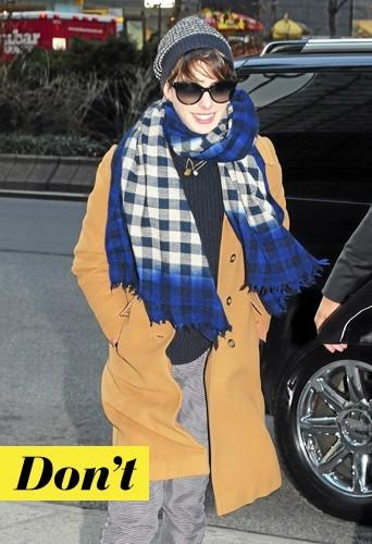 Anne Hathaway: Avec son écharpe XXL, Anne reste sur le carreau !
