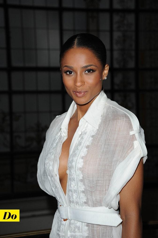 Ciara sans soutien-gorge dans une blouse très décolletée