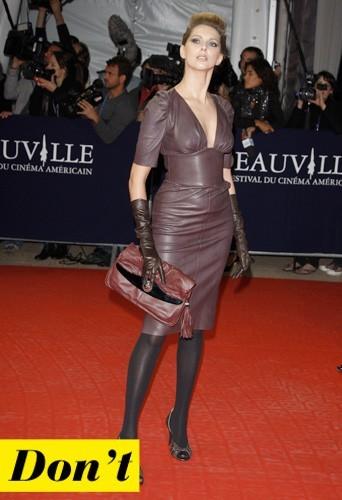 Frederique Bel et sa robe en cuir colorée