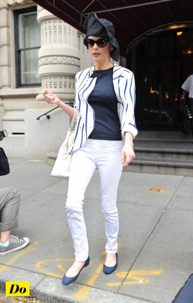Catherine Zeta Jones : blanc et bleu façon marin !