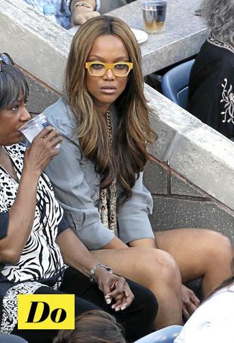 On choisit des lunettes colorées comme Tyra Banks !
